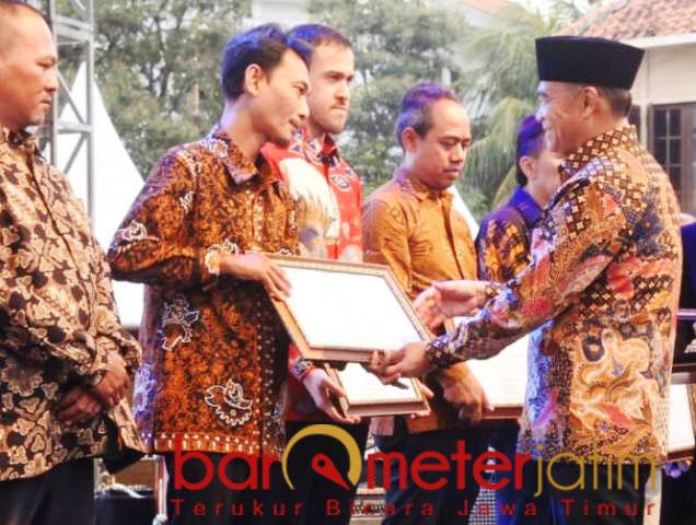 PENGHARGAAN: Supriyo, menerima penghargaan dari Mendikbud, Muhadjir Effendi. | Foto: Barometerjatim.com/HAMIM ANWAR