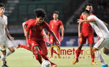 GESIT: Pemain Indonesia, Bagas Kahfi mencoba lepas dari kawalan pemain China. | Foto: Barometerjatim.com/DANI IQBAAL