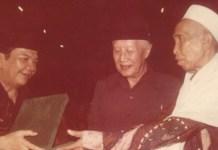 PAHLAWAN NASIONAL: KH Masjkur (tengah), siang ini bakal dianugerahi gelar Pahlawan Nasional. | Foto: IST/Dok TPGP