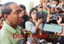 DIKUNCI: Zainudin Amali tiba di GBT, tapi tak bisa masuk karena pintu dikunci. | Foto: Barometerjatim.com/ROY HS