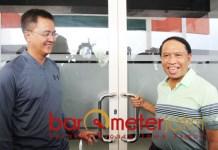 TAK BISA MASUK: Zainudin Amali (kanan) dan Soepratomo, tak bisa masuk GBT karena pintu dikunci. | Foto: Barometerjatim.com/ROY HS