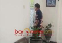 KORUPSI DANA HIBAH: Muhajir saat hendak menjalani pemeriksaan di ruang Pidsus Kejari. | Foto: Barometerjatim.com/HAMIM ANWAR