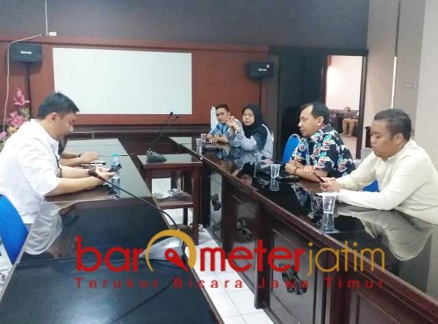 BEBASKAN ZIKRIA: Aan Ainur Rofik (baju batik) bersama PMII Jatim di Polrestabes. | Foto: Barometerjatim.com/ROY HS