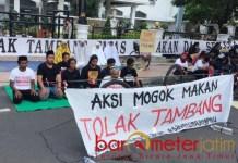 TOLAK TAMBANG: Aksi mogok makan warga Banyuwangi tolak tambang di depan gubernuran. | Foto: Barometerjatim.com/ABDILLAH HR