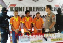 TERTANGKAP: Polres Lamongan tangkap pelaku pembunuhan mertua Sekda Lamongan. | Foto: Barometerjatim.com/HAMIM ANWAR