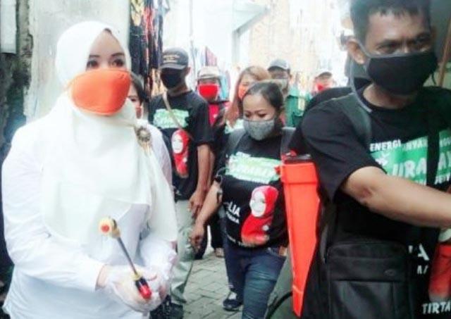 CEGAH CORONA: Lia Istifhama (kiri) bersama relawan lakukan penyemprotan disinfektan. | Foto: IST