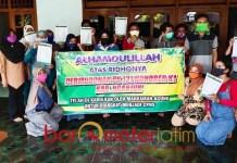 PK DIKABULKAN: Ucapan syukur tenaga honorer Pemkab Nganjuk setelah PK dikabulkan. | Foto: Barometerjatim.com/ABDILLAH HR