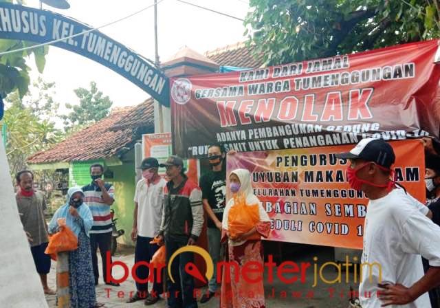 TOLAK!: Warga Kelurahan Tumenggungan Baru, Lamongan menolak pembangunan RS Covid-19. | Foto: Barometerjatim.com/HAMIM ANWAR