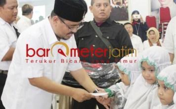 SANTUNAN UNTUK YATIM: Anwar Sadad, saat memberi santunan untuk anak yatim.   Foto: Barometerjatim.com/ROY HS