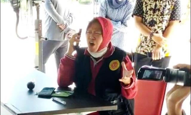 MARAH-MARAH: Risma marah-marah soal bantuan mobil PCR yang diklaimnya diserobot Pemprov Jatim. | Foto: IST