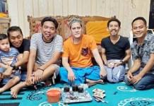 KAMPUNG EMBER: Gus Anom (tengah) bersama pemain sketsa komedi Kampung Ember. | Foto: IST