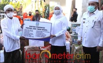 PESANTREN TANGGUH: Khofifah serahkan bantuan ke Ponpes Darul Ulum Omben, Sampang. | Foto: Barometerjatim.com/ROY HS