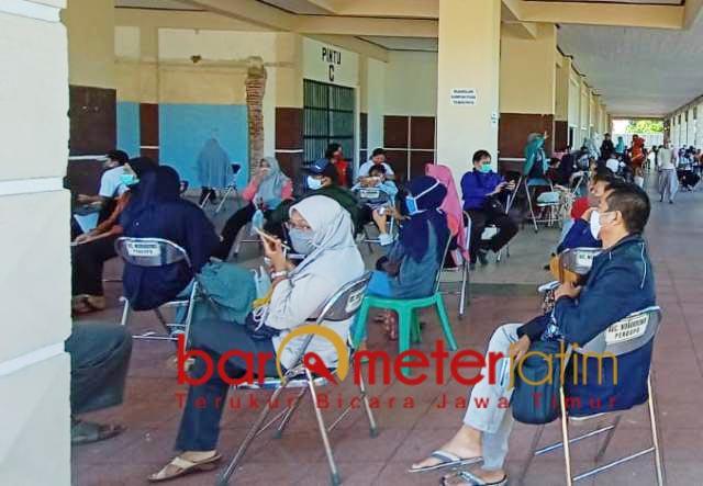 ZONA MERAH: Warga Surabaya saat antre tunggu rapid tes. Butuh intervensi Pemprov Jatim. | Foto: Barometerjatim.com/ROY HS