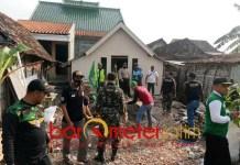 BEDAH RUMAH HUT RI: GP Ansor Sugio Lamongan bedah rumah janda pencari daun jati. | Foto: Barometerjatim.com/MAULANA RAHMAN