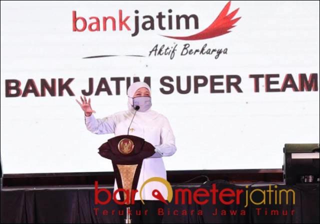 PERHATIKAN UMKM: Khofifah, UMKM butuh tangan dingin bank Jatim untuk pendampingan. | Foto: Barometerjatim.com/ROY HS