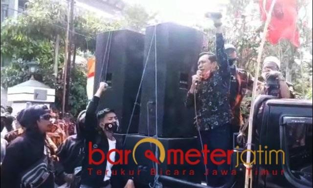 TOLAK PERWALI 33: Mahfudz saat berorasi di halaman Balai Kota Surabaya menolak Perwali 33. | Foto: Barometerjatim.com/IST