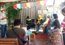 KAMPUNG BERSIH: Aan Ainur Rofik (kiri) bersama warga RT-nya. Kecewa dengan program Surabaya Smart City. | Foto: Barometerjatim.com/IST