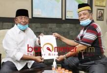 PILBUP SIDOARJO: Haji Masnuh (kiri) dan Kasmuin, tanda terima penyerahan kelengkapan berkas Kelana-Astutik. | Foto: Barometerjatim.com/ROY HS