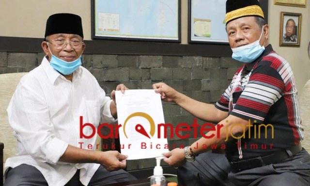 PILBUP SIDOARJO: Haji Masnuh (kiri) dan Kasmuin, tanda terima penyerahan kelengkapan berkas Kelana-Astutik.   Foto: Barometerjatim.com/ROY HS