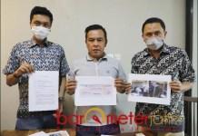 AKTA DAMAI: Desandrian, Dedi Fitria dan Gazali Hasan tunjukkan akta perjanjian damai. | Foto: Barometerjatim.com/ROY HS