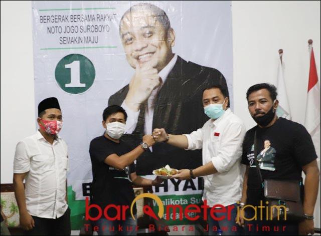 TUMPENG RAKYAT: Eri Cahyadi, memberikan potongan tumpeng kepada Ketua KBRS Nasirudin.   Foto: Barometerjatim.com/ROY HS