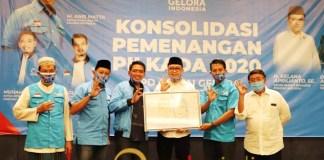 PILBUP SIDOARJO 2020: Kelana menerima cendera mata berupa karikatur dari Partai Gelora Sidoarjo.   Foto: Barometerjatim.com/IST