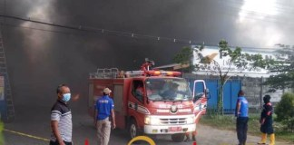 AKIBAT KORSLETING CORONA: Kebakaran hebat melanda pabrik spare part PT WIB di Lamongan. | Foto: Barometerjatim.com/MAULANA