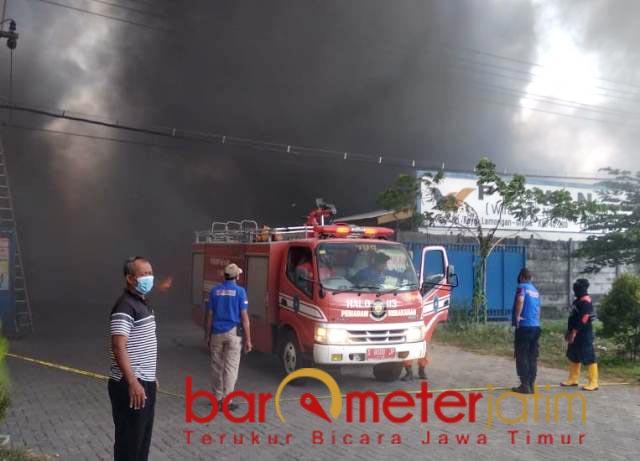 AKIBAT KORSLETING CORONA: Kebakaran hebat melanda pabrik spare part PT WIB di Lamongan.   Foto: Barometerjatim.com/MAULANA