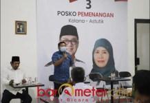 PILBUP SIDOARJO: Haji Masnuh (berdiri) saat Bimtek Dapil VI relawan pemenangan Kelana-Astutik.   Foto: Barometerjatim.com/ROY HS