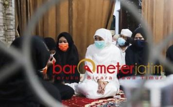 TAKZIAH: Khofifah melayat ke rumah duka almarhumah Nyai Hj Azah As'ad di kompleks Ponpes Darul Ulum. | Foto: Barometerjatim.com/ROY HS