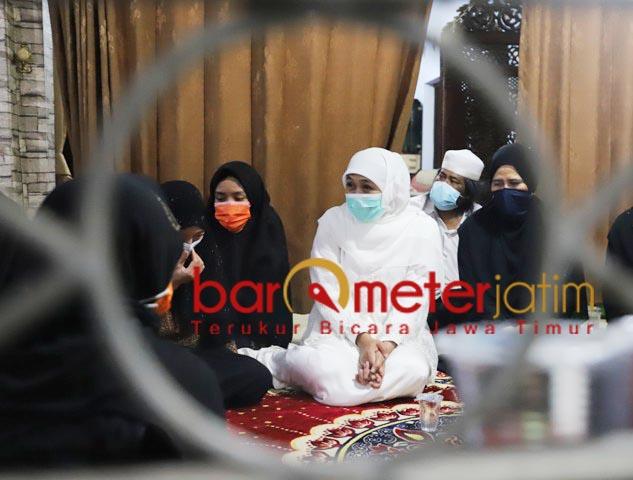 TAKZIAH: Khofifah melayat ke rumah duka almarhumah Nyai Hj Azah As'ad di kompleks Ponpes Darul Ulum.   Foto: Barometerjatim.com/ROY HS