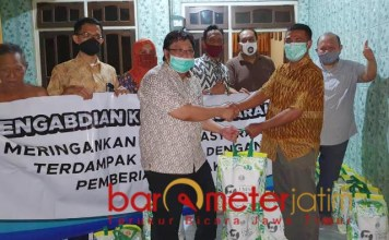 TERDAMPAK: Dedy Rahman Prehanto dan tim Unesa beri bantuan di Jombang untuk warga terdampak pandemi. | Foto: Barometerjatim.com/IST