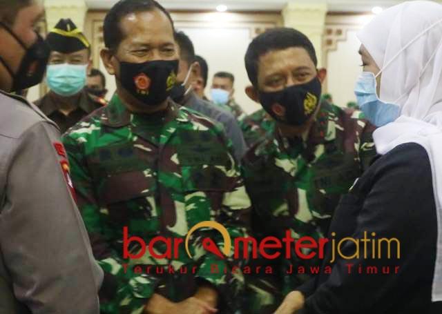 LEPAS SAMBUT: Gubernur Khofifah menghadiri acara lepas sambut Pangdam V Brawijaya. | Foto: Barometerjatim.com/ROY HS