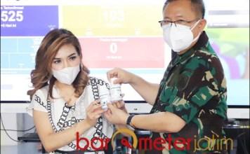 PROBIOTIK: Dokter I Dewa Gede Nalendra menerima bantuan probiotik dari dokter Lala Cantiq. | Foto: Barometerjatim.com/ROY HS