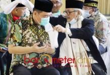 HADIAH SERBAN: Habib Muhammad bin Smith memberikan serban untuk Cabup Kelana Aprilianto. | Foto: Barometerjatim.com/ROY HS