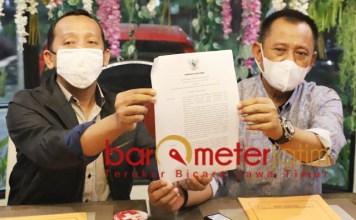 UMK 2021: Heru Tjahjono (kanan) dan Ahmad Fauzi menunjukkan SK Gubernur Jatim terkait penetapan UMK 2021. | Foto: Barometerjatim.com/ROY HS