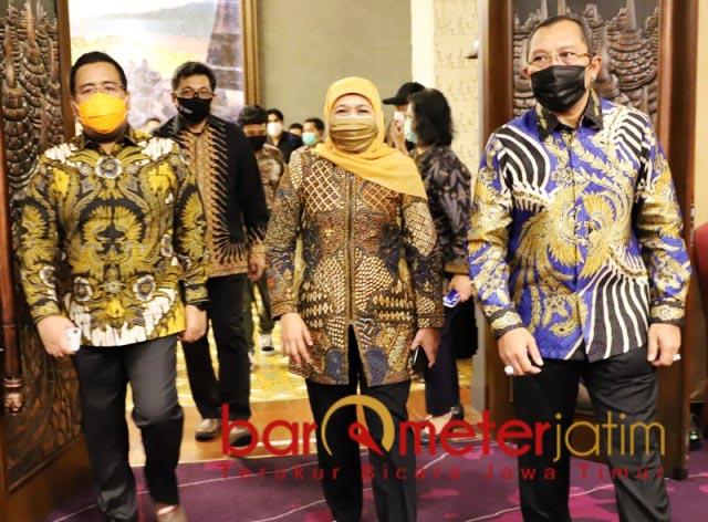 TEROBOSAN KHOFIFAH: Anwar Sadad (kiri) puji berbagai terobosan Khofifah di masa pandemi. | Foto: Barometerjatim.com/ROY HS