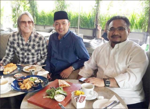 MENAG BARU: Gus Hans (tengah) bersama Gus Yaqut (kanan) yang kini ditunjuk Jokowi sebagai Menag. | Foto: Barometerjatim.com/IST