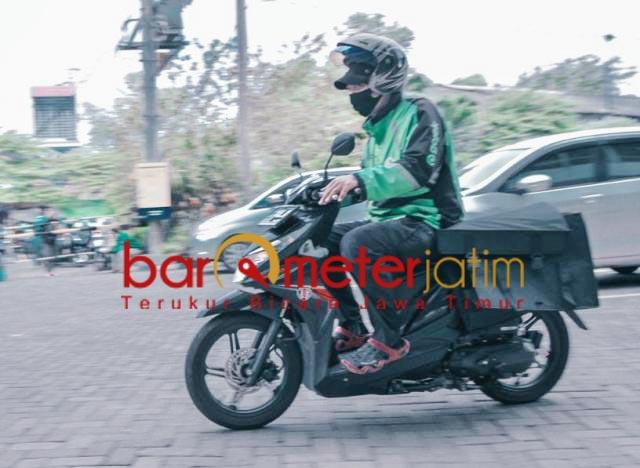 GERAK CEPAT: Driver ojek online antarkan barang orderan dari Lumbung Pangan Jatim. | Foto: Barometerjatim.com/ROY HS