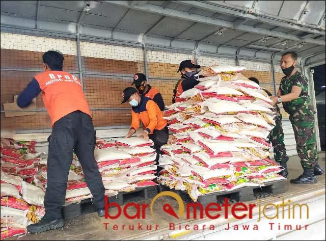 BANTUAN DARI JATIM: Proses loading barang bantuan untuk korban bencana alam di Sulbar-Kalsel. | Foto: Barometerjatim.com/ABDILLAH HR