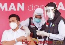 TAK LIHAT DISUNTIK: Disuntik vaksin Corona, Wagub Emil Dardak pilih tak melihat. | Foto: Barometerjatim.com/ROY HS