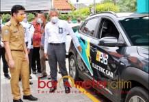 MOBIL LISTRIK: Wagub Jatim Emil Dardak usai mencoba mengendarai mobil listrik, Senin (25/1/2021). | Foto: Barometerjatim.com/ABDILLAH HR