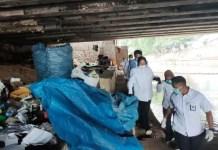 BLUSUKAN RISMA: Aksi Tri Rismaharini blusukan di kolong jembatan diritik Hidayat Nur Wahid. | Foto: IST