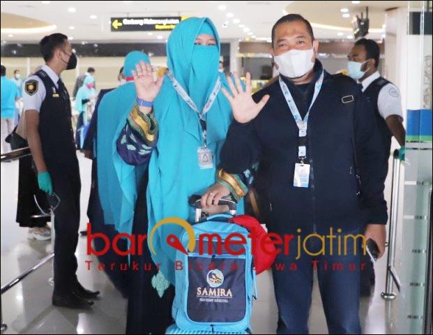 BANDARA JUANDA: Fauzi Wahyu bersama istri, mengatar keberangkatan jamaah umroh Samira Travel.   Foto: Barometerjatim.com/ROY HS