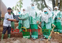 BENTUK DUKUNGAN: Fatayat NU Jombang menanam durian unggulan Wonosalam di Kebun Agropolis. | Foto: Barometerjatim.com/ROY HS