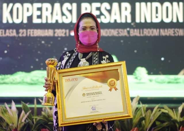 PENGHARGAAN: Sri Untari, menerima penghargaan untuk Koperasi Setia Budi Wanita (SBW) Malang yang dipimpinnya. | Foto: IST