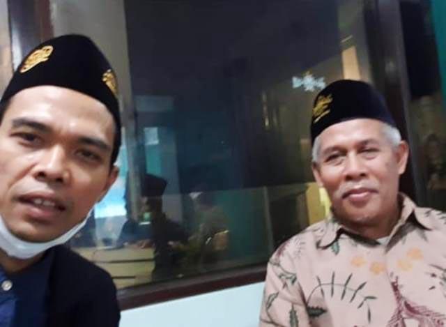 BERSAMA KETUA PWNU JATIM: UAS bersama Ketua PWNU Jatim, KH Marzuki Mustamar di kantor PWNU Jatim. | Foto: IG UAS