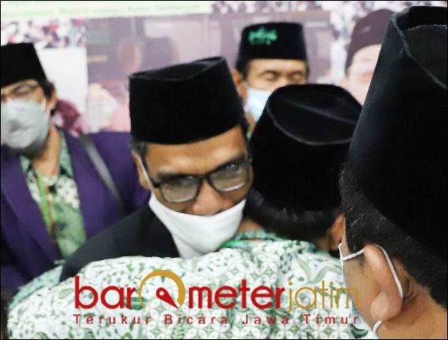 PCNU SURABAYA: Muhibbin mendapat ucapan selamat setelah terpilih kembali pimpin PCNU Surabaya. | Foto: Barometerjatim.com/ROY HS