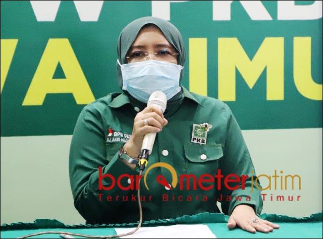 BANTAH KADER PKB: Anik Maslachah sebut Novi Rahman Hidayat bukan kader PKB, tapi PDIP. | Foto: Barometerjatim.com/ROY HS