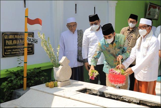 TABUR BUNGA: Ahmad Muzani tabur bunga saat ziarah ke makam pendiri NU yang juga Pahlawan Nasional, KH Wahab Chasbullah. | Foto: Barometerjatim.com/ROY HS